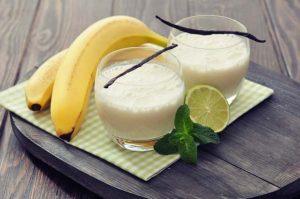 Smoothie recept: mix 1 banaan, 1 kiwi, 20 gram boerenkool (1 flink handje), 2 tl gebroken lijnzaad, 2 el Griekse yoghurt en 350ml water in een blender