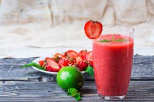 Smoothie recept: mix 100 gram aardbeien, ½ banaan, 1 handje spinazie, een beetje limoensap en water in een blender