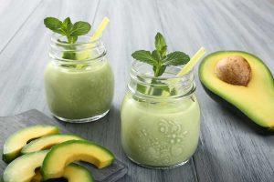 Smoothie recept: mix een 1/2 avocado, 1 banaan, 1 handje spinazie en water in een blender