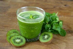 Smoothie recept: mix een ½ banaan, 1 kiwi, 1 handje spinazie en water in een blender