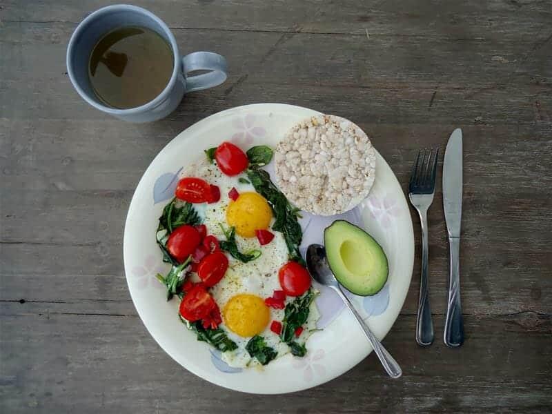 Mijn koolhydraatarm ontbijt: met een quinoa rijstwafel en avocado