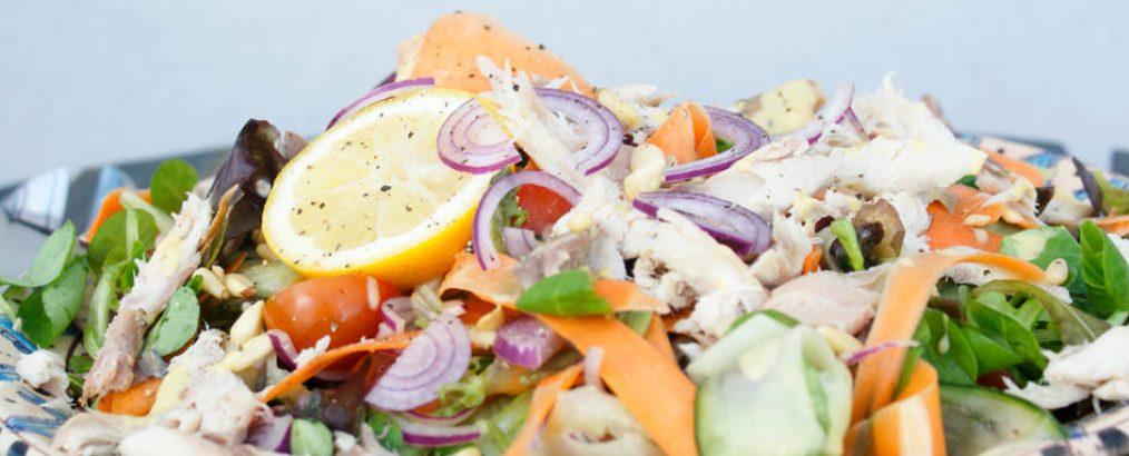 gerookte makreelsalade met pijnboompitten