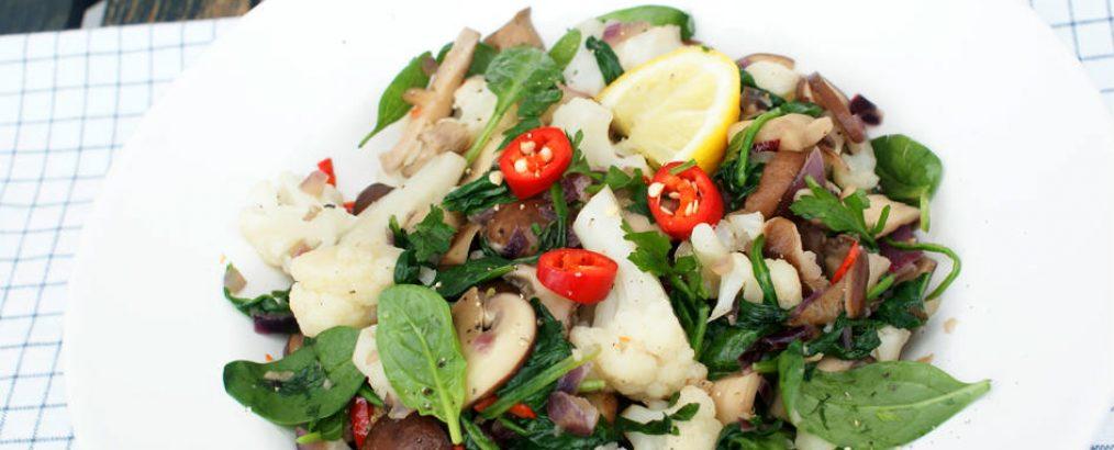paddenstoelen met bloemkoolroosjes en spinazie