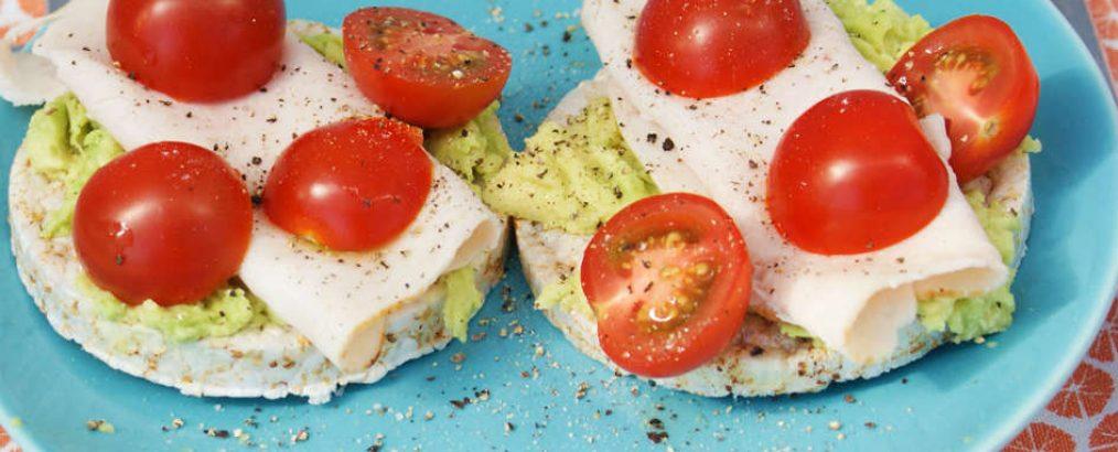 rijstwafels met kipfilet avocado en tomaat